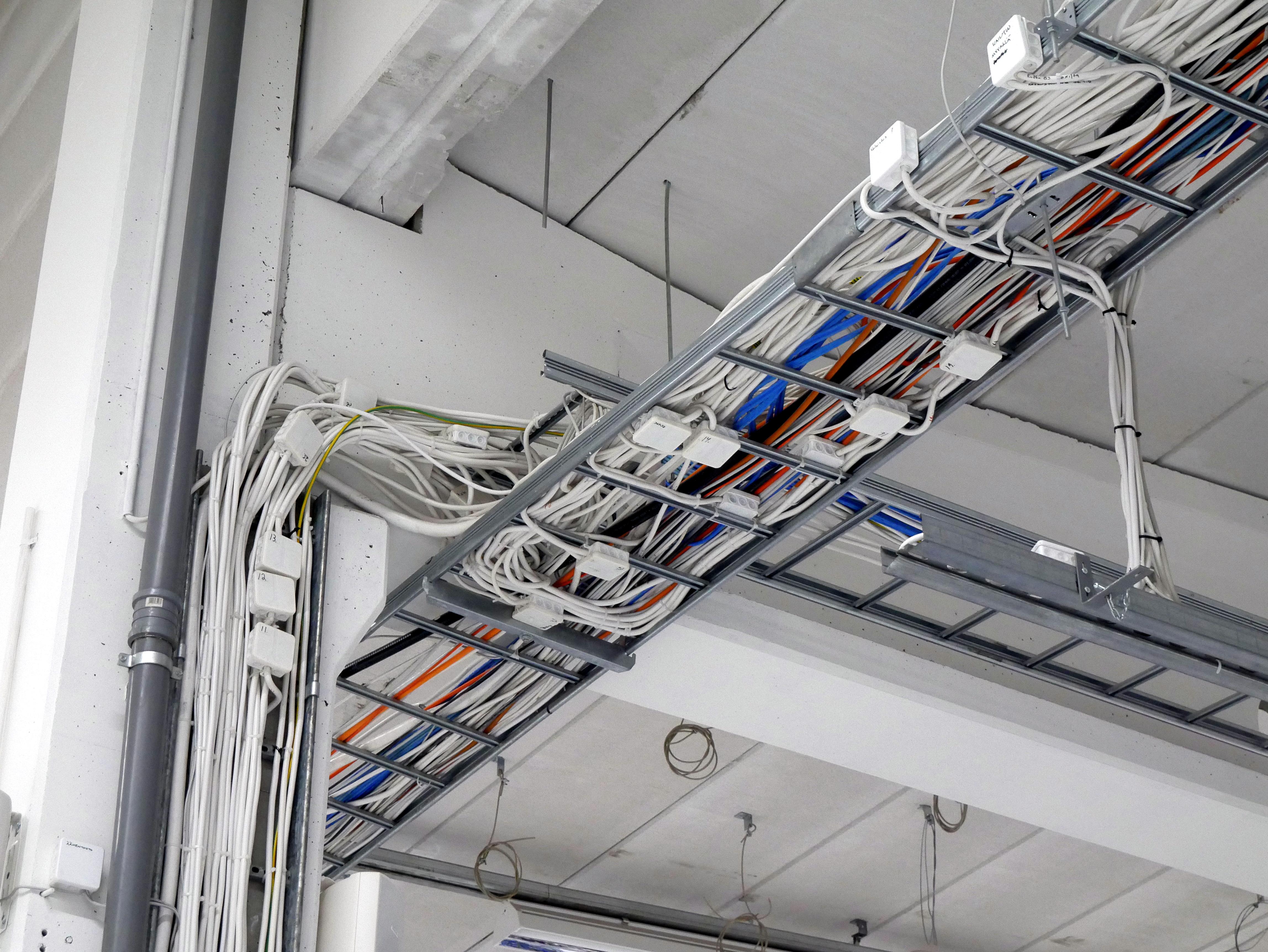 Как нужно прокладывать кабель в лотках