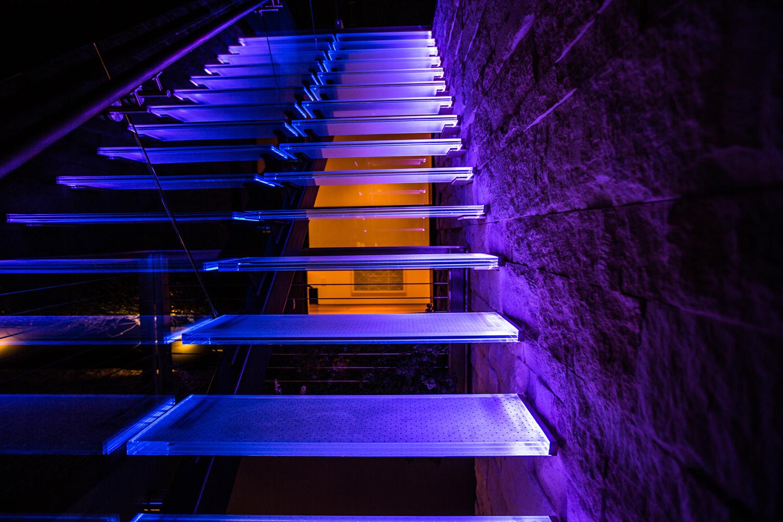 Освещение лестницы в доме: делаем подсветку ступеней