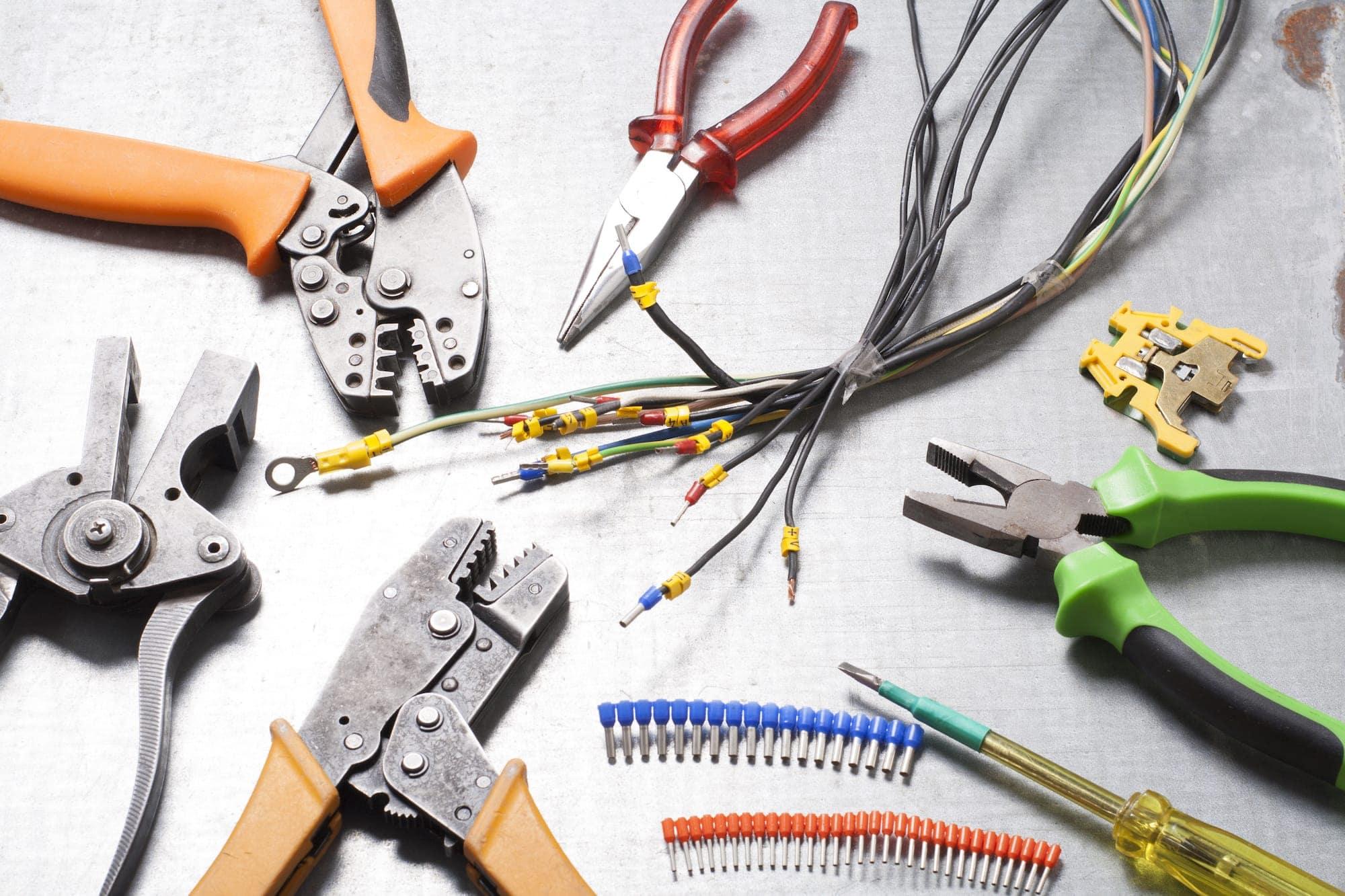 Список всех инструментов для электромонтажных работ