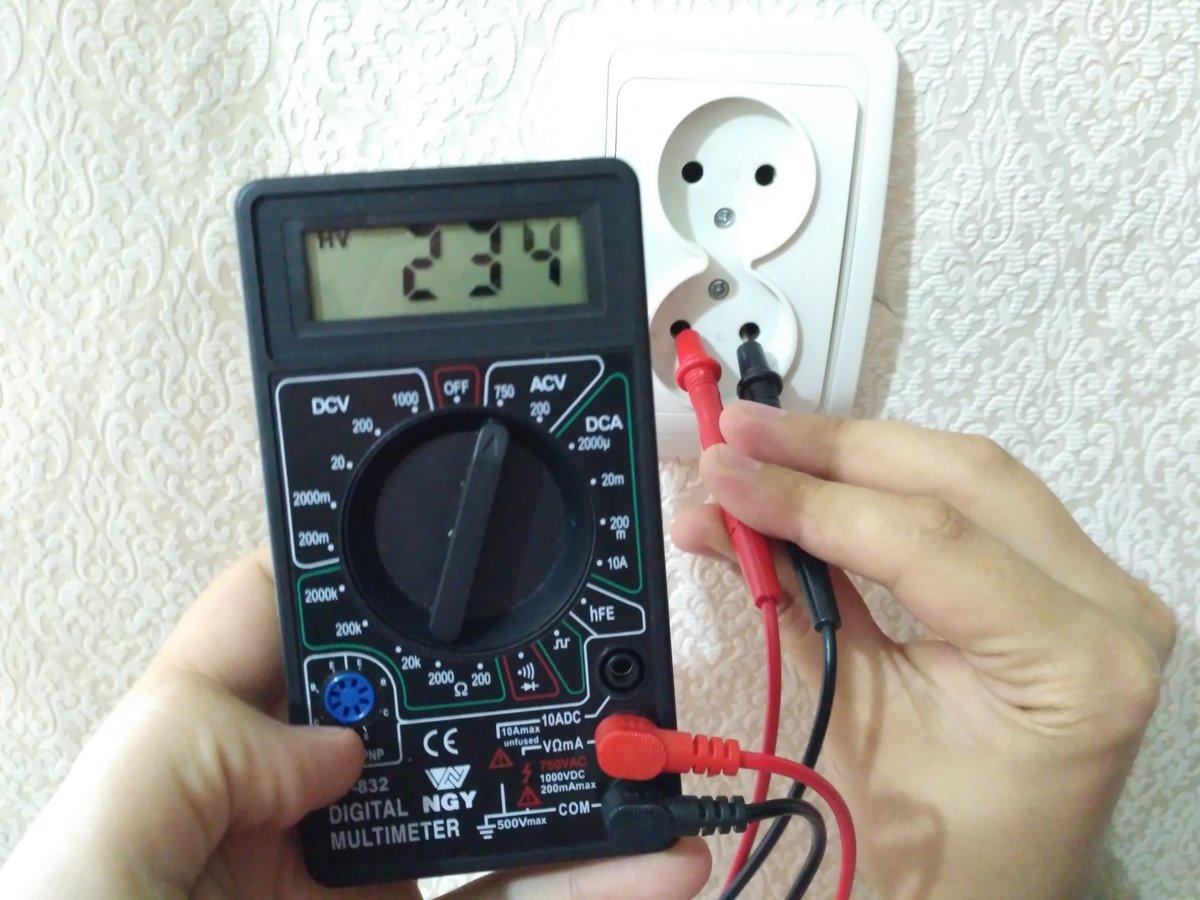 Как измеряется мультиметром напряжение в эклектической розетке