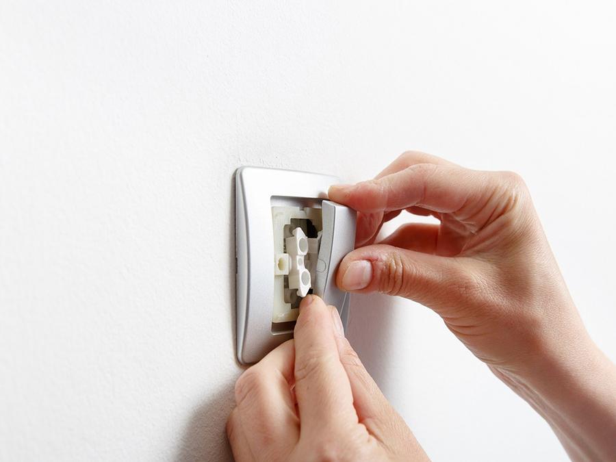 Как разобрать выключатель фирмы эра. как снять выключатель со стены. необходимые инструменты и материалы