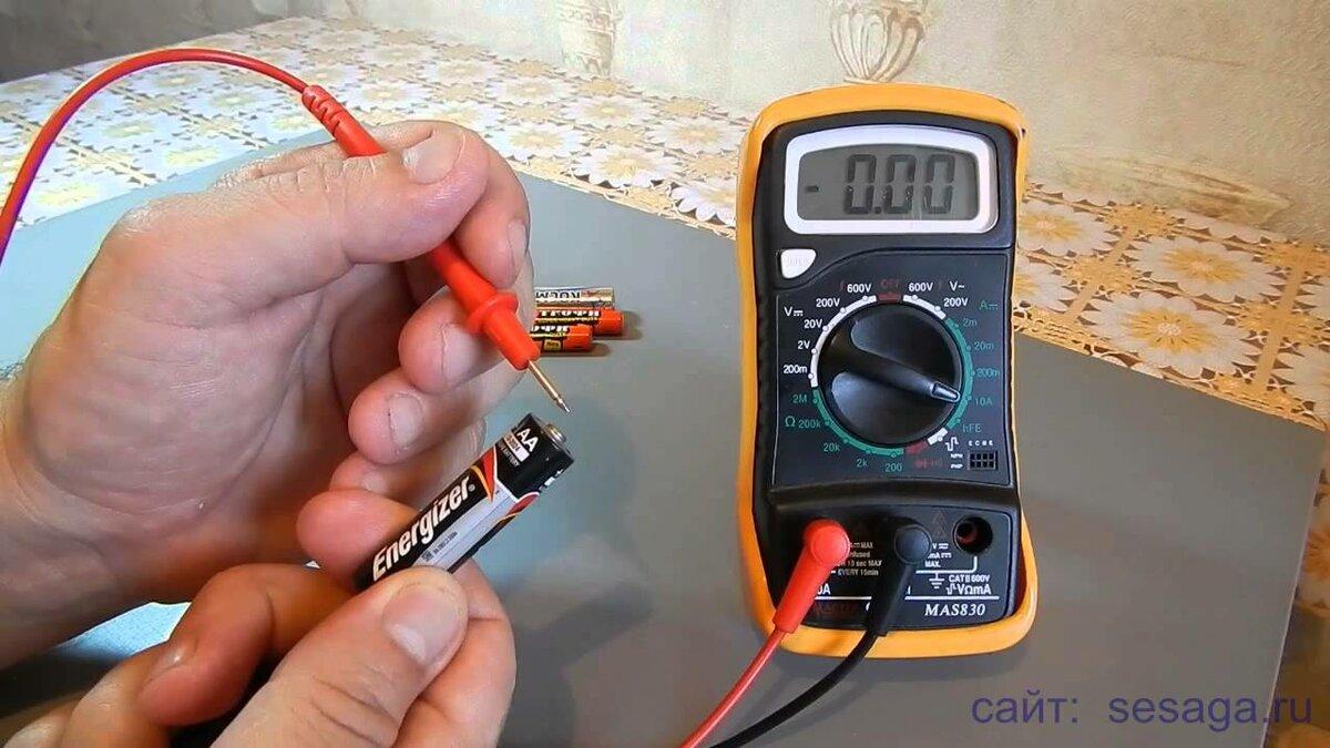 Как замерить заряд батарейки мультиметром
