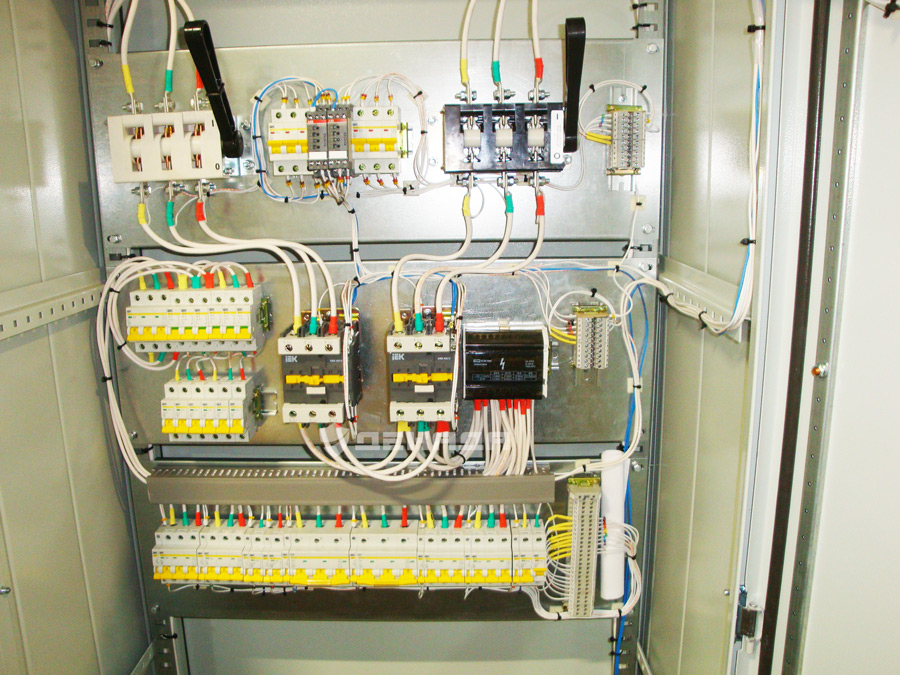 Схема подключения авр на контакторах. реле контроля фаз.
