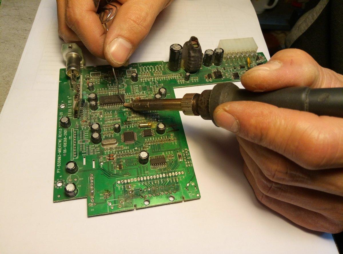 Как выпаять радиодетали из платы своими руками — объясняем по порядку