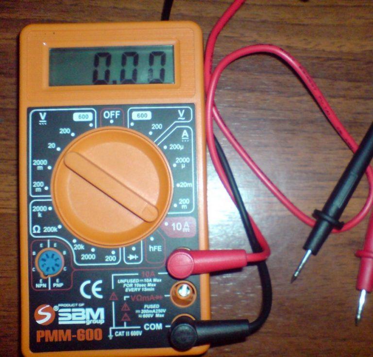 Как проверить уровень заряда аккумулятора на автомобиле с помощью мультиметра или нагрузочной вилки?
