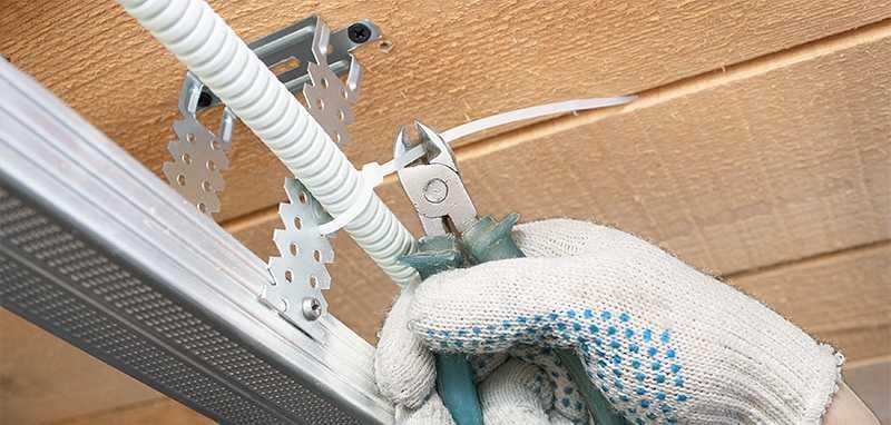 Крепление кабеля к стене