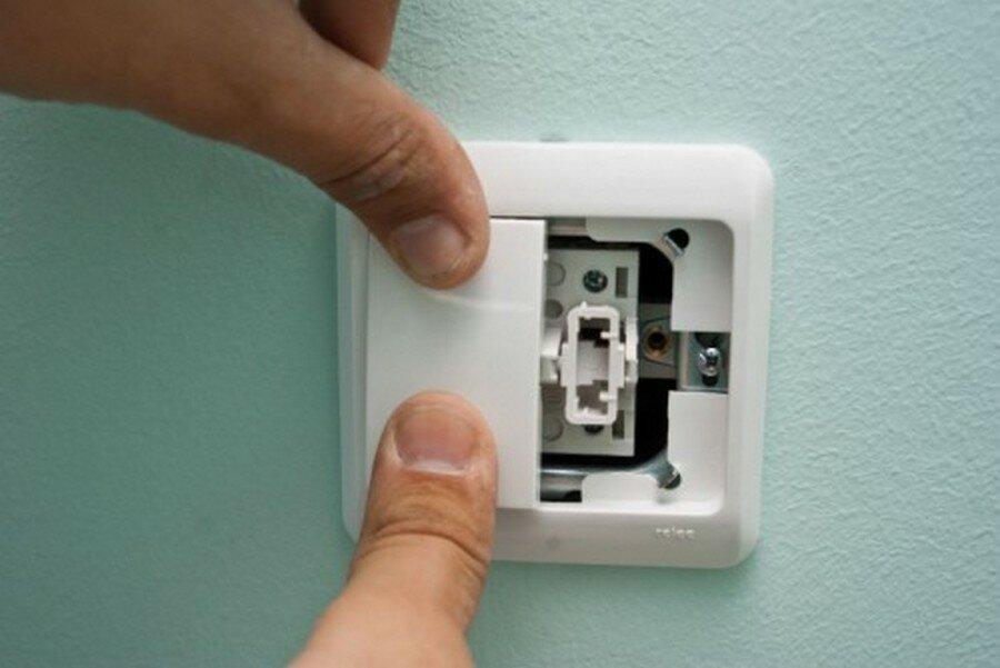 Как легко разобрать выключатель света