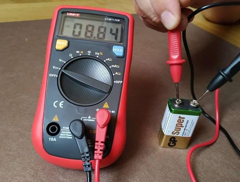 Как проверить основные параметры аккумулятора мультиметром